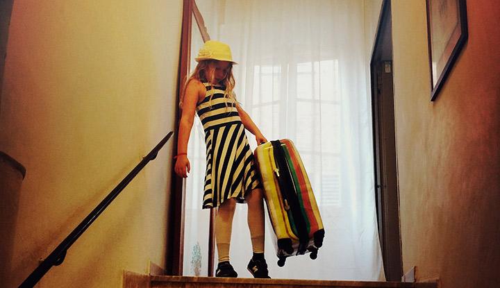 Девочка с чемоданом.