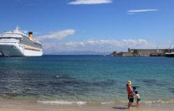 Океанский лайнер пришвартовался к побережью острова.