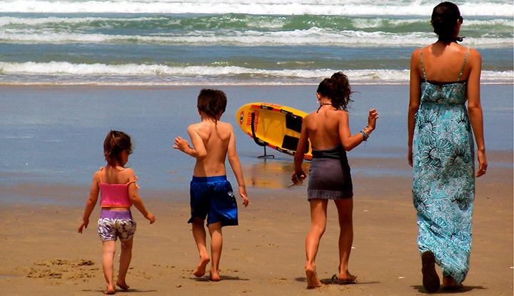 Мама с детьми на берегу моря.
