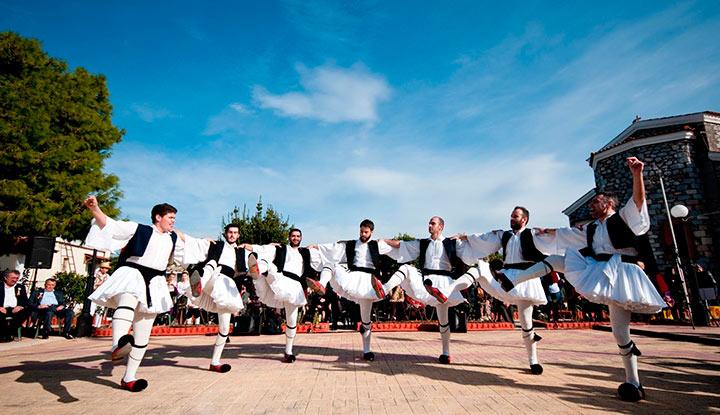 Греки танцуют сиртаки.