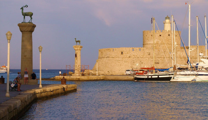 Древняя гавань Мандраки.