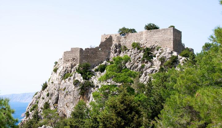 Один из ракурсов замка Монолитос.
