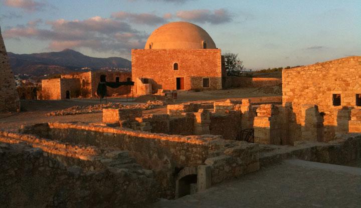 Один из древнейших городов — Ретимно.