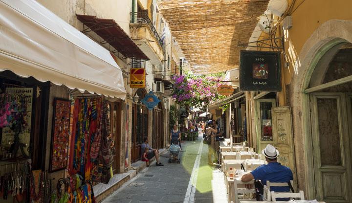 Уличные кафе распространены в городе.