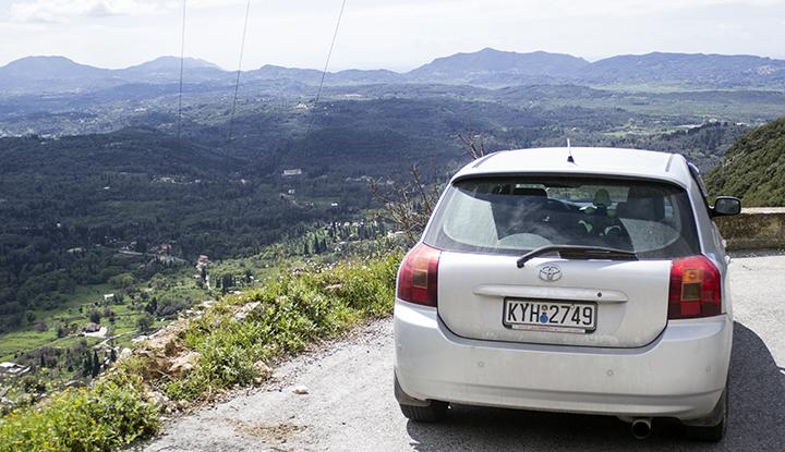 Автомобиль в горах.