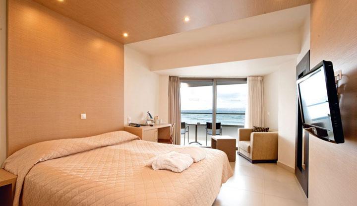 Комната с большим окном.