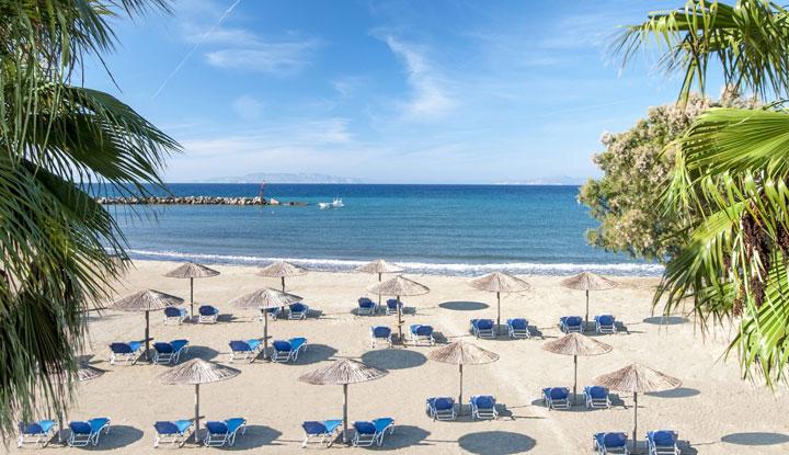 Песчаный пляж при отеле.