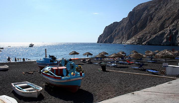 Пляж деревни Камари.