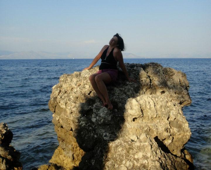 В море на камне.