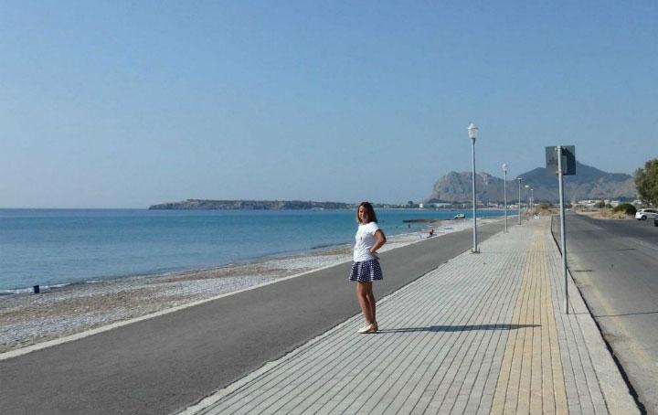 Пляж у дороги.