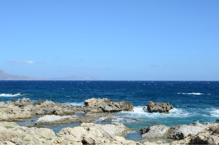 Камни на берегу.
