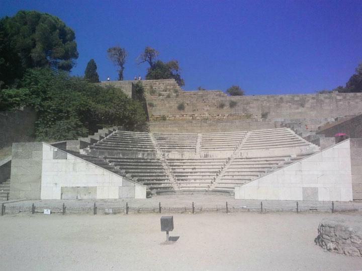 Трибуна рядом с храмом.