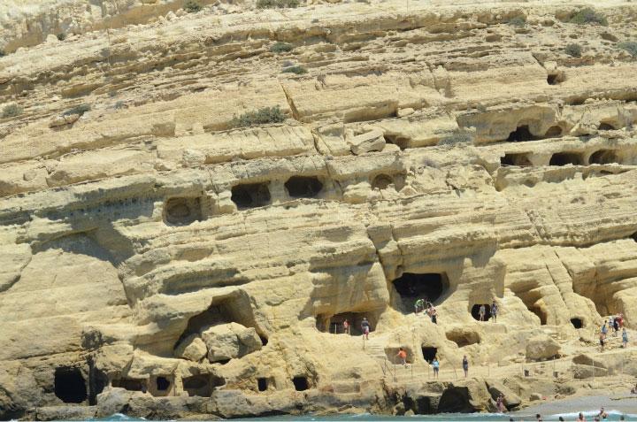 Пещеры в горе.