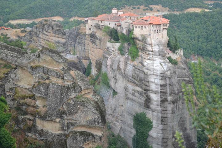 Монастырь на скалах.