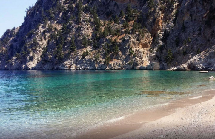 Живописный пляж.