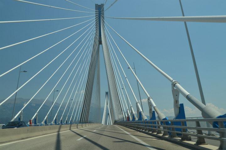 Проезд по мосту.