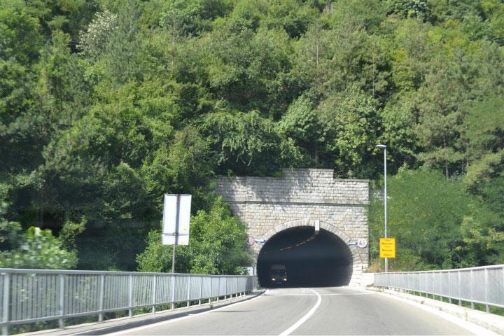Проезд через тоннель.
