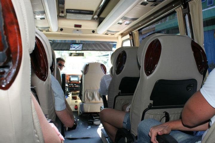 Пассажиры в автобусе.