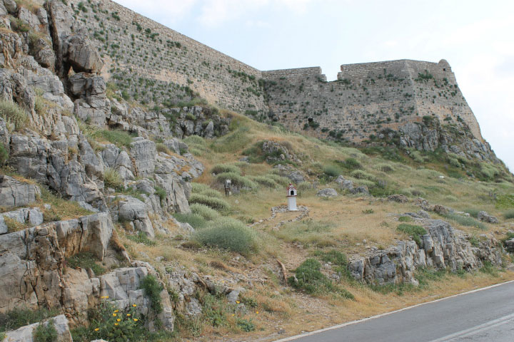 У стен крепости.
