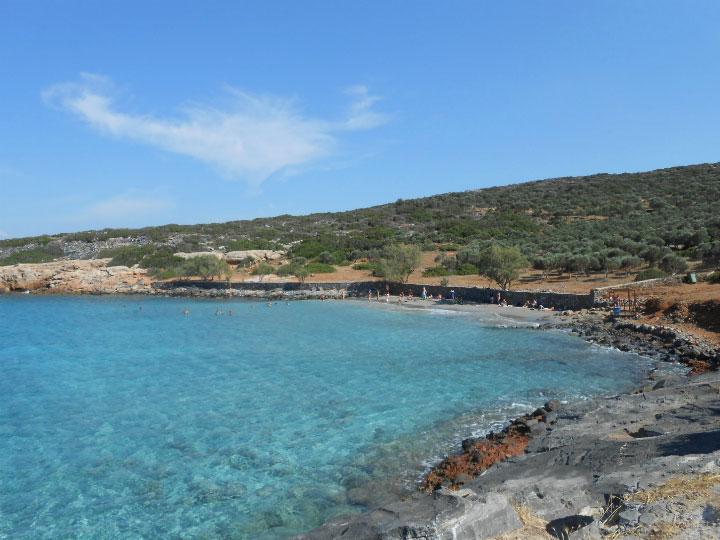 Пляж с прозрачной водой.