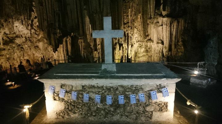 Саркофаг в пещере.