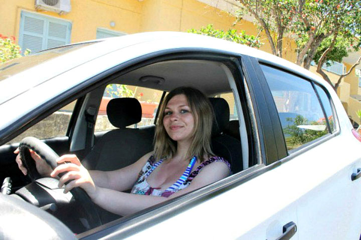 Девушка на арендованном авто.