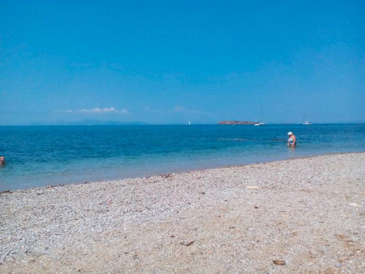 На песчаном пляже.