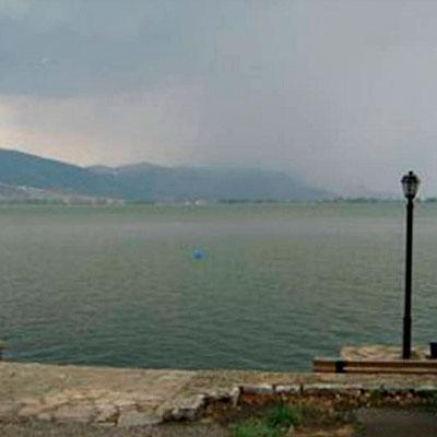 Город у озера.