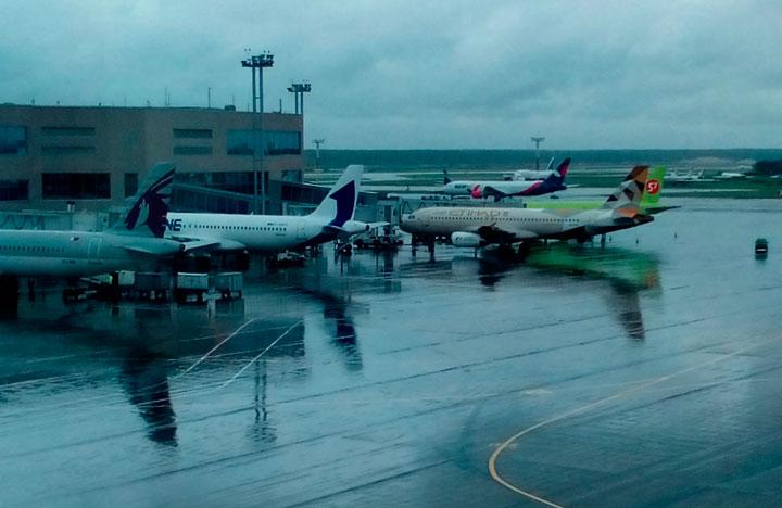 Самолёты в аэропорту.