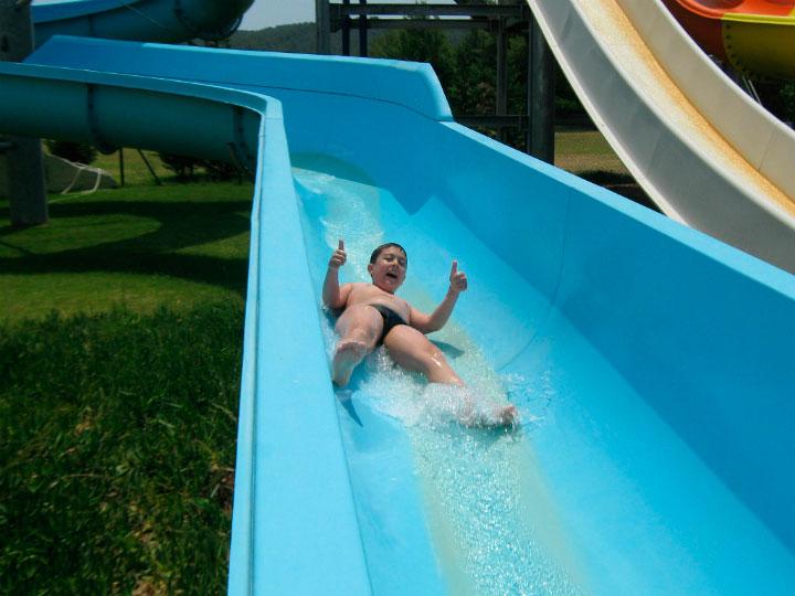 Мальчик в аквапарке.