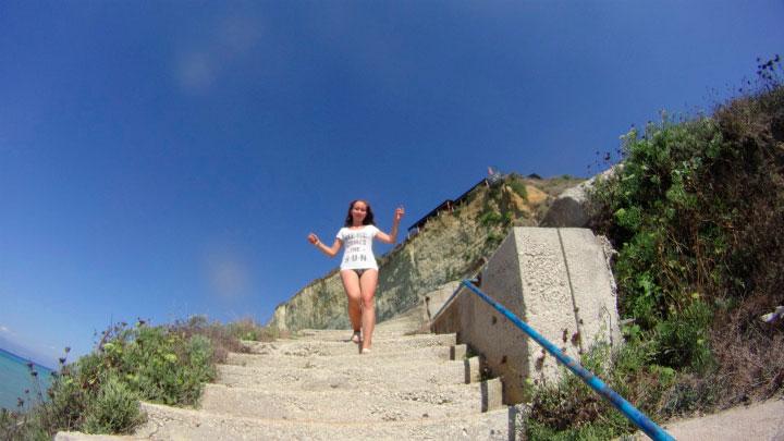 Девушка спускается по лестнице.