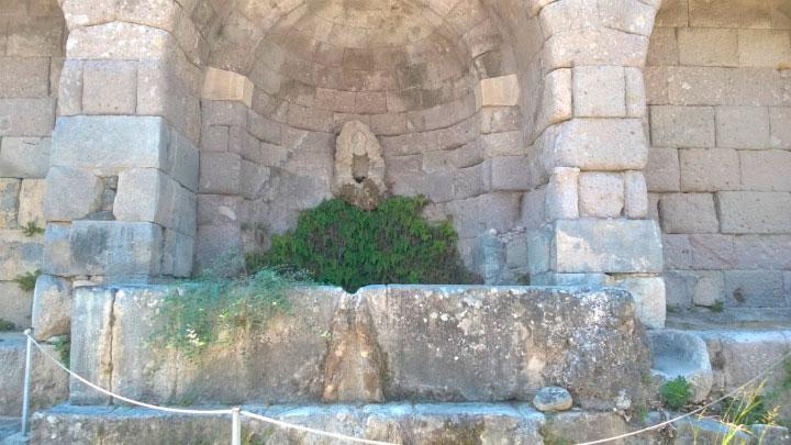 Остатки древнего водопровода.