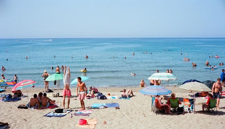 Многолюдный пляж.