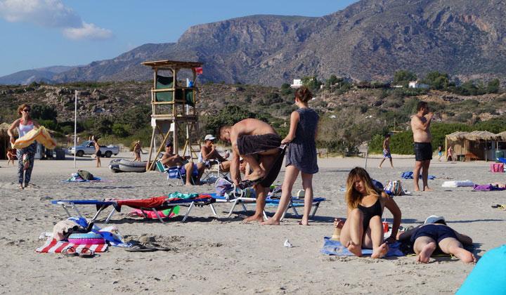 Отдыхающие на розовом песке.