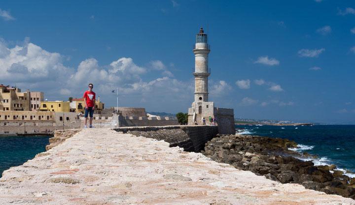 Старинный маяк — главная достопримечательность.